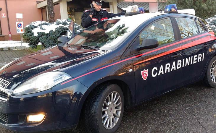 Provoca ed aggredisce verbalmente i carabinieri fuori da un hotel, guai per un 32enne