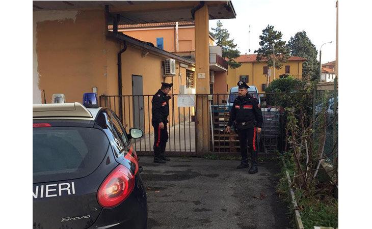 Rapinano un negozio di ortofrutta armati di bastone e martello, arrestati due giovani a Imola