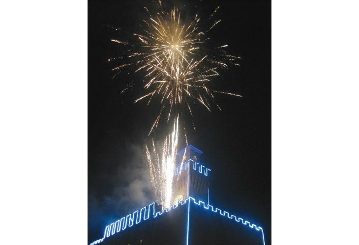 San Silvestro tra risate a teatro e fuochi d'artificio a Castel San Pietro. Botti e petardi vietati il 31 e il 1° gennaio