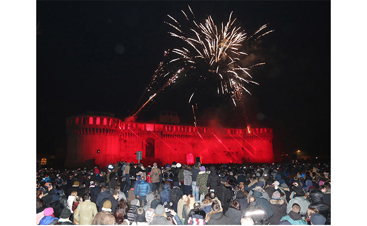 Volti, luci e lo spettacolo dei fuochi artificiali per salutare il nuovo anno a Imola. IL VIDEO