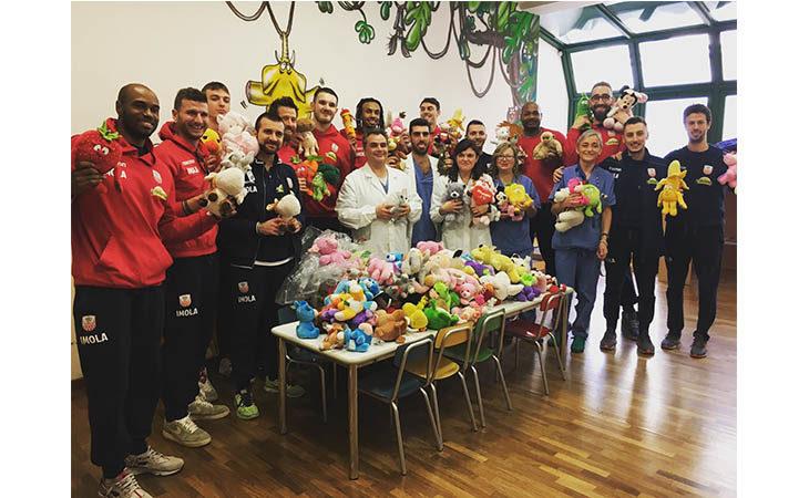Giocatori e dirigenti de Le Naturelle consegnano i peluche ai pazienti del reparto di Pediatria e Nido dell'Ospedale di Imola