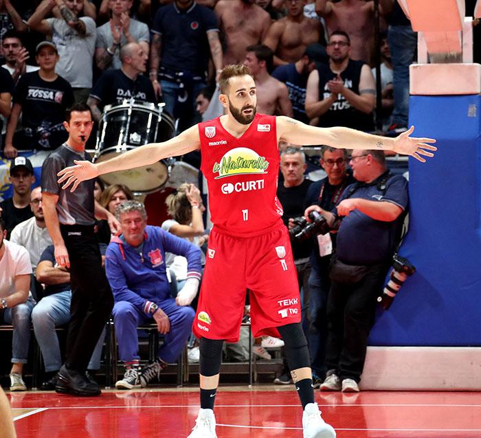 Basket A2, Le Naturelle si prendono il derby di Romagna per 74-63
