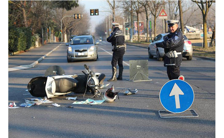 Incidente tra un'auto e uno scooter in via Pirandello