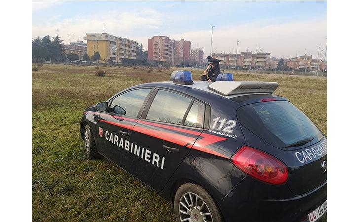 Prende a pugni una signora al parco, 58enne denunciato dai carabinieri