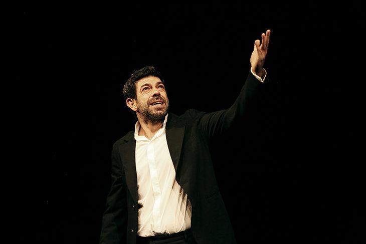 Lo «Straniero» Pierfrancesco Favino ne «La notte poco prima delle foreste» a teatro a Imola