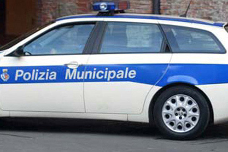 Decreto sicurezza, prima multa per una donna residente in Italia alla guida di un'auto con targa estera