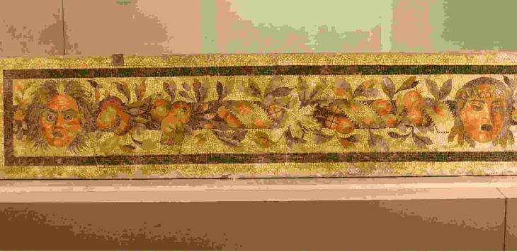 La fascia in mosaico policromo ritrovata in via San Pier Crisologo oltre un secolo fa è visibile al museo Scarabelli