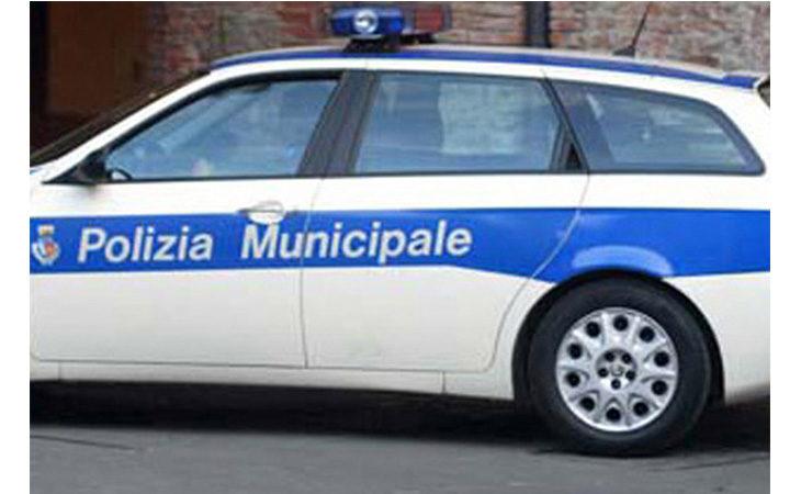 Auto si ribalta dopo uno scontro alla rotonda, 28enne trasportata all'ospedale di Imola