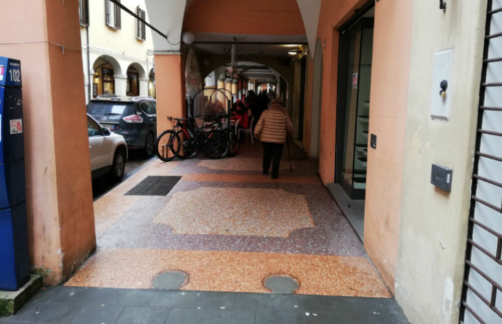 Sotto il portico di via Matteotti a Castel San Pietro Terme sono stati rimossi i fittoni che ostacolavano il passaggio