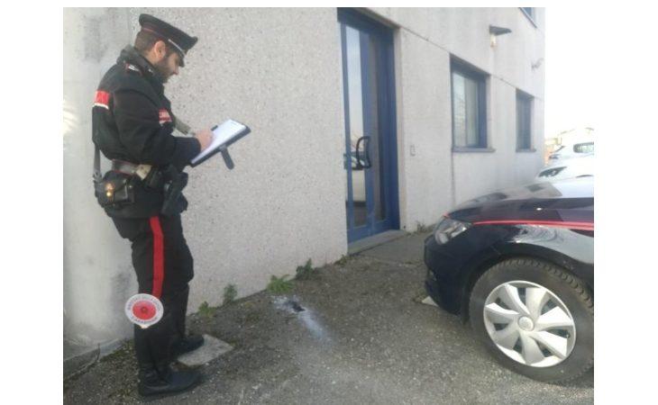 Razzo cade nel parcheggio di un'azienda e finisce sul parabrezza di un'auto
