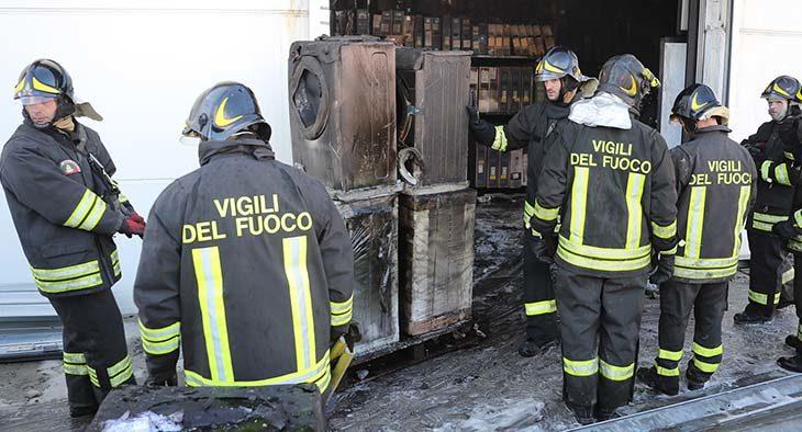 Incendio nel magazzino Trony di via Selice, dichiarato inagibile in via precauzionale anche il negozio – LE FOTO