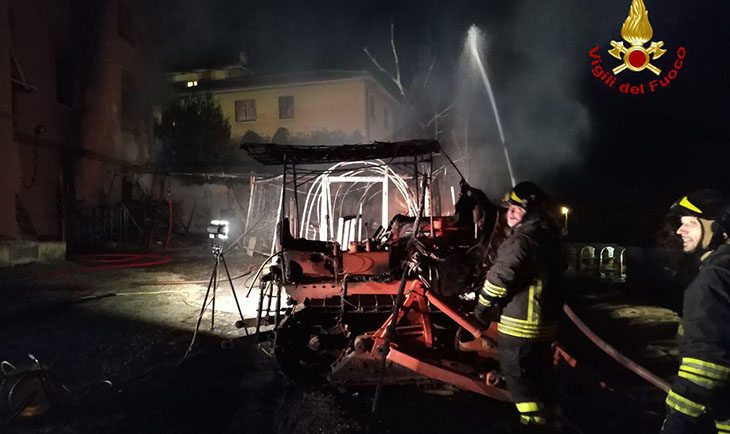 Incendio nella notte in una palazzina di tre piani a Mercatale di Ozzano, sedici persone fuori casa