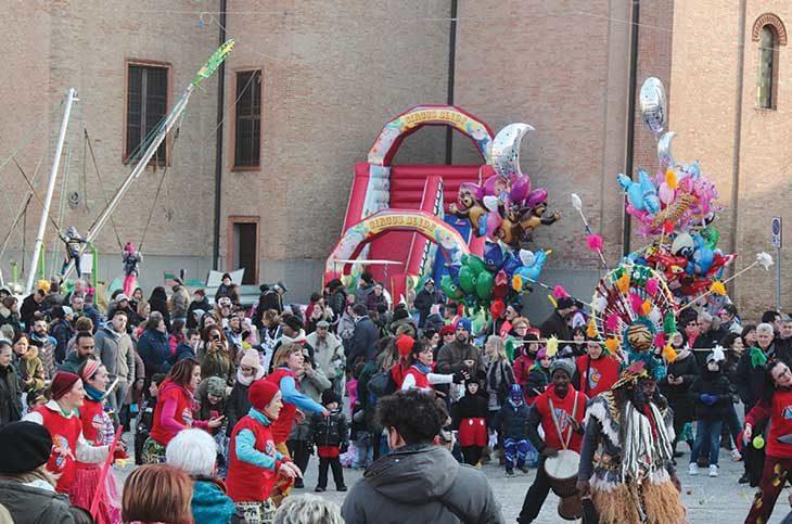 L'inventore Joe guida la sfilata delle maschere nel Carnevale a Castello