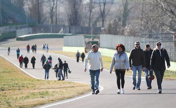 La «CorrImola» arriva in autodromo per una giornata all'insegna della beneficenza