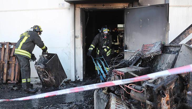 """Incendio nel magazzino Trony di Imola, negozio ancora chiuso ma """"salvaguardati i posti di lavoro'"""