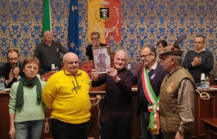 Castel San Pietro, consegnata in consiglio comunale al fratello Marino la piastrina di Enrico Cattani, caduto sul Don