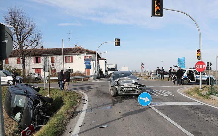 Scontro fra due auto al semaforo tra via Correcchio e via Nuova