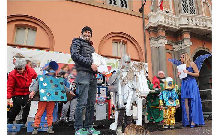 I bambini si mascherano e giocano nell'ultimo giorno di Carnevale