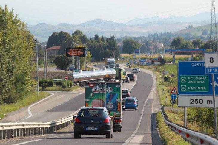 Svolta obbligata a destra per chi esce dall'A14 a Castel San Pietro: soluzione provvisoria in attesa della rotatoria