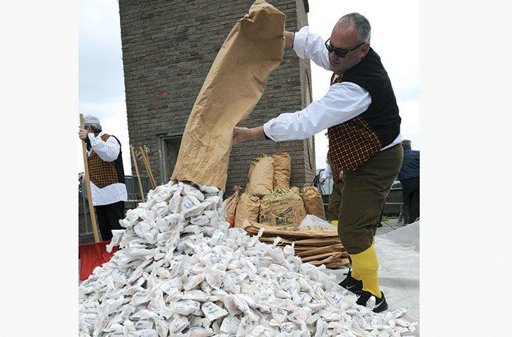 Il lancio dei ravioli dalla torre per la tradizionale sagra di Casalfiumanese