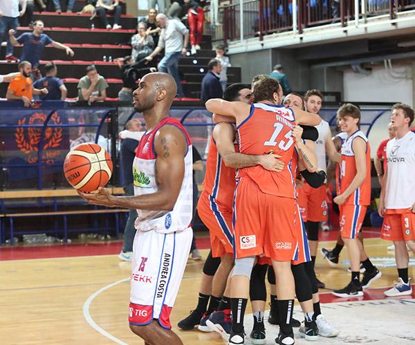 Basket A2: l'Andrea Costa butta via partita e play-off con 5 minuti da incubo