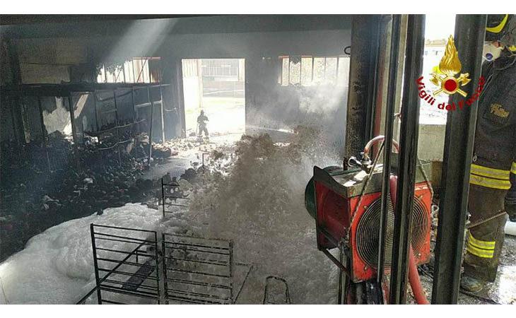 Fiamme in via del Commercio a Ozzano, distrutto il magazzino tessile Marchi Snc