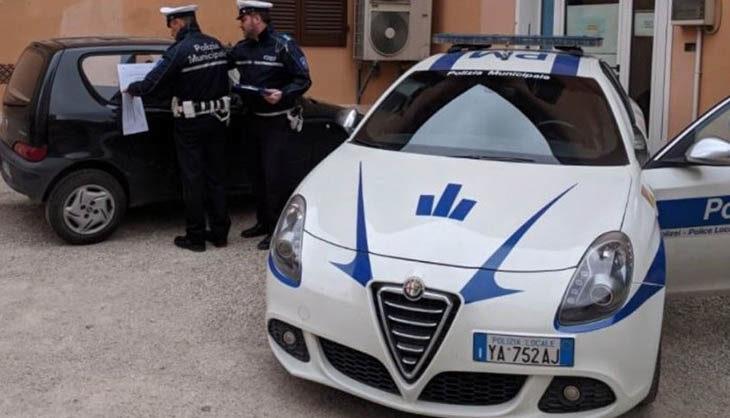 I cittadini segnalano, la municipale interviene e ferma le scorribande di un automobilista castellano