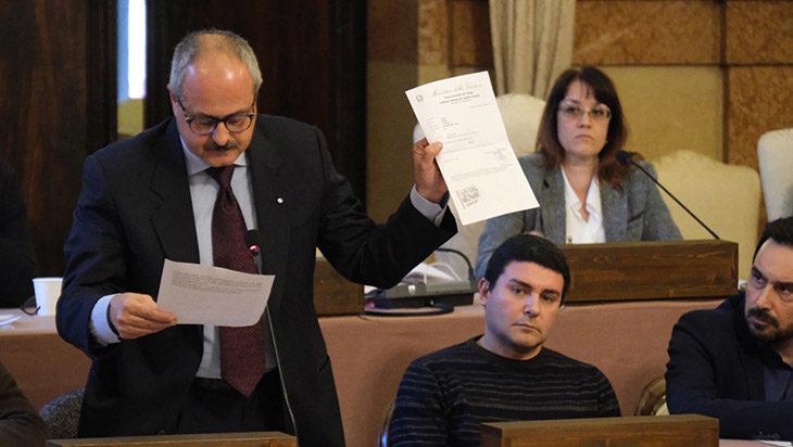 """Bufera 5 Stelle a Imola, l'assessore Longhi si difende in Consiglio. La sindaca Sangiorgi lo sostiene. Palazzolo: """"Dossieraggio'"""