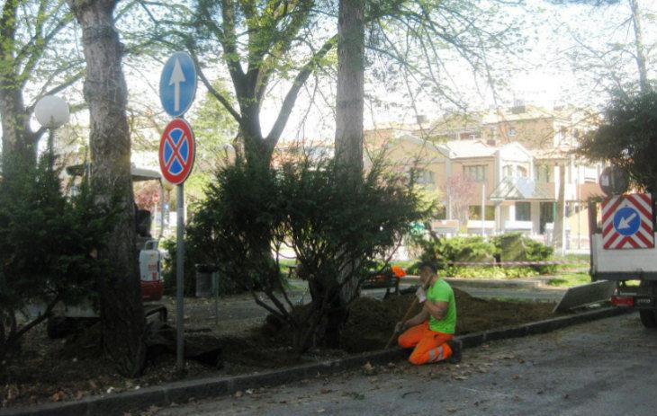A Castel San Pietro Terme sistemazione del verde e degli arredi nel giardino fra via Oberdan e viale Roma