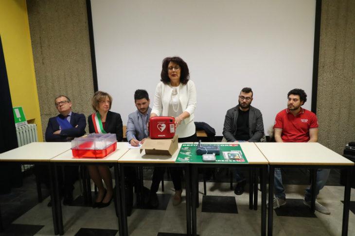 """Grazie al ricavato di """"Never give up' Noi Giovani ha donato un defibrillatore all'istituto scolastico Paolini-Cassiano"""