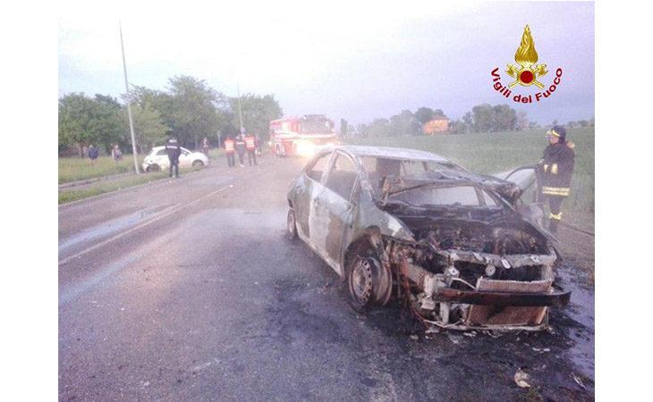 Auto prende fuoco sulla San Vitale dopo uno scontro con un'altra vettura