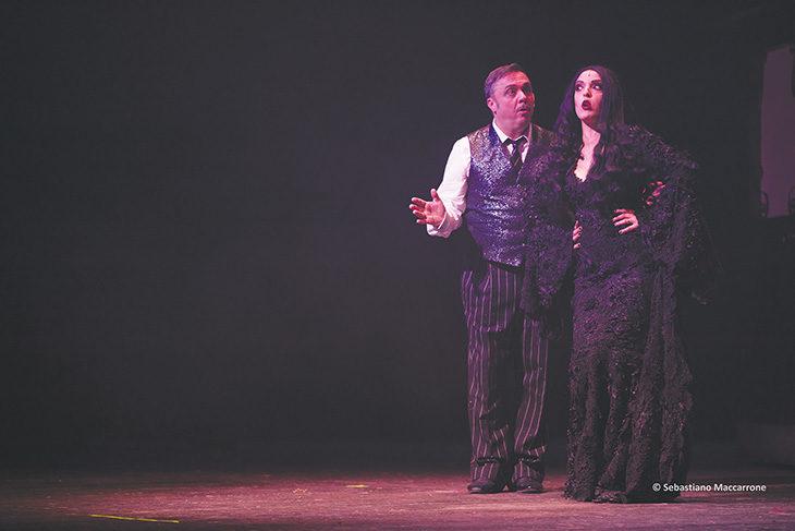 Gabriele Cirilli è papà Gomez ne «La famiglia Addams» in scena allo Stignani