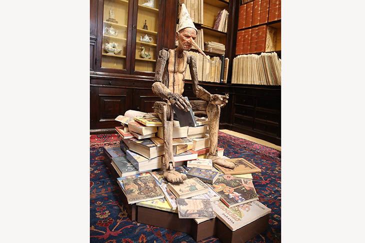 Il Pinocchio di Bertozzi & Casoni esposto in biblioteca con inaugurazione di David Riondino