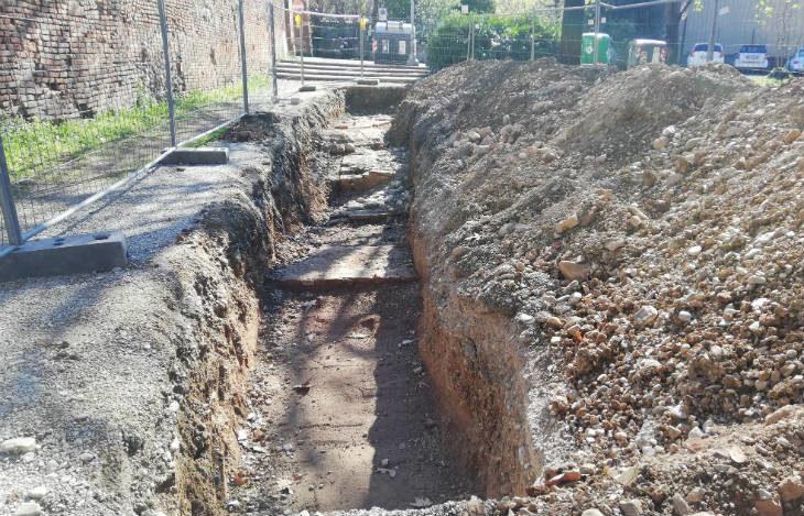 Dagli scavi tra via Volturno e il parcheggio di via Oberdan sono emerse le mura difensive dell'antico castello