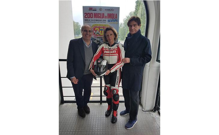«200 Miglia di Imola Revival», giro di pista su una Ducati per la sindaca Sangiorgi. IL VIDEO
