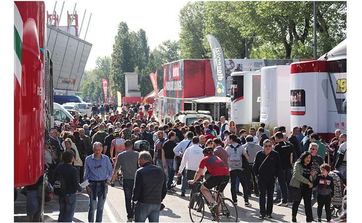 Superbike a Imola, tanta gente al tradizionale «Open Paddock» del giovedì. IL VIDEO