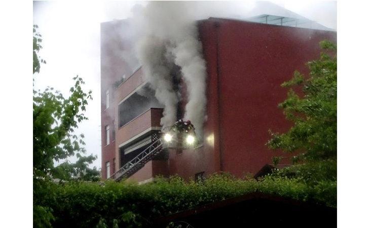Incendio in via Punta, due appartamenti inagibili, in ospedale anche un carabiniere per il fumo