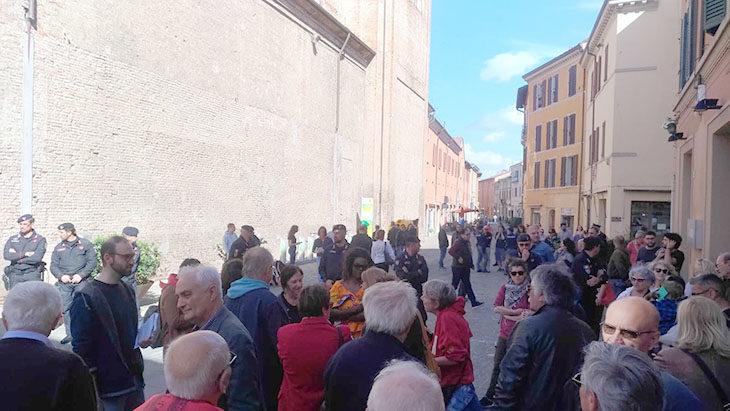 """In tanti al flash mob antifascista hanno cantato """"Bella ciao' davanti al banchetto di Forza Nuova"""
