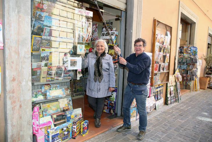 Ha chiuso i battenti a Imola l'edicola Centrale, il saluto dei gestori Piero Rebeggiani e Franca Manara