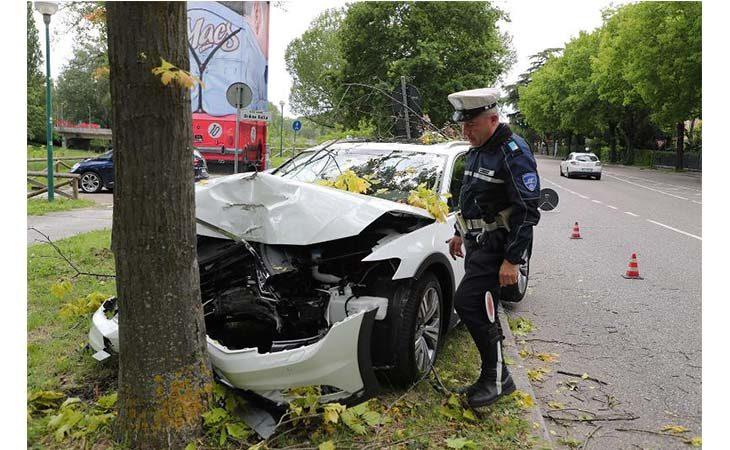Auto si schianta contro un albero in via Graziadei a Imola