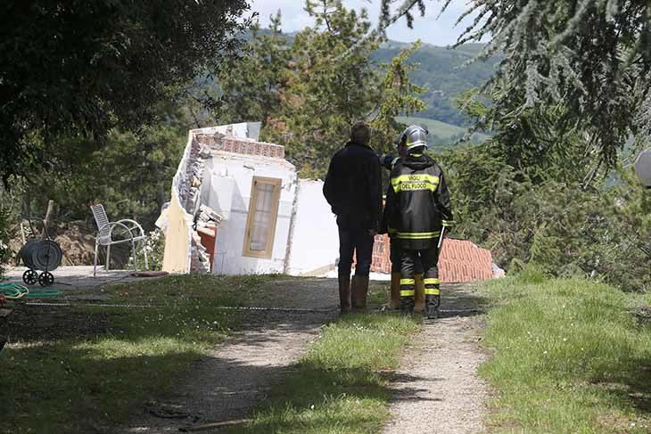 Maltempo, una frana fa crollare una casa a Borgo Tossignano, il proprietario esce appena in tempo