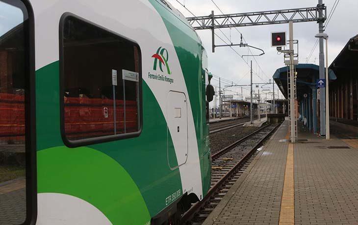 Investito da un treno alle porte di Faenza, ritardi e treni cancellati sulla linea Bologna-Rimini