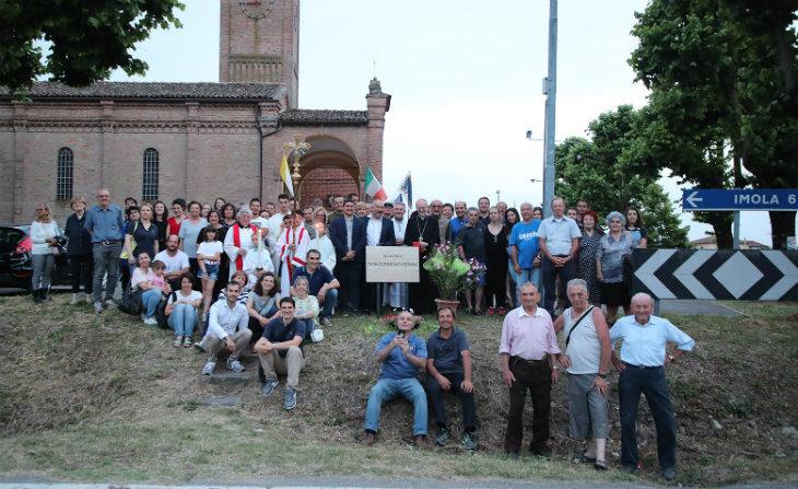 A Casola Canina la rotatoria davanti alla chiesa è stata intitolata allo storico arciprete don Guerrino Ceroni