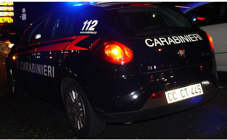 Ferma l'auto in mezzo alla strada per urinare e aggredisce i carabinieri