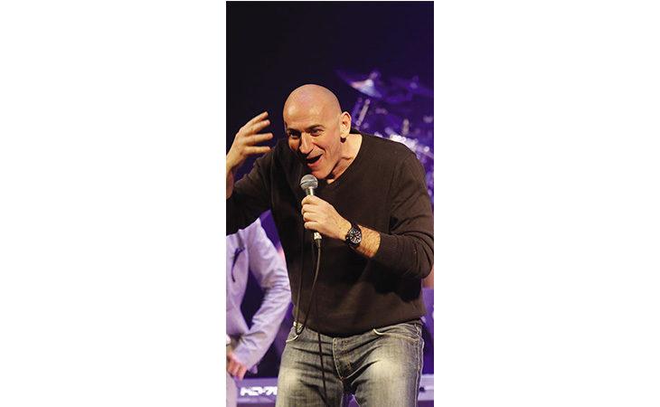 Il comico e cantante Sergio Sgrilli stasera al Giardino degli Angeli di Castello