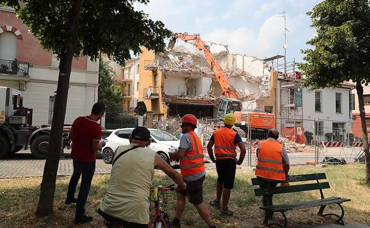 Zena Parrucchieri si allarga, demolito l'edificio attiguo in viale Guerrazzi. IL VIDEO