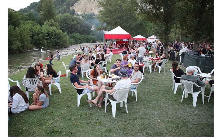 Bella musica, stand gastronomici ed un… «Fiume diVino» a Fontanelice. IL VIDEO