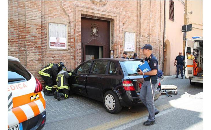 Auto investe due pedoni finendo la sua corsa contro la facciata della chiesa