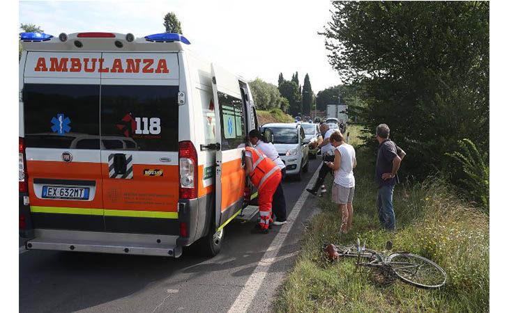 Incidente sulla Montanara, non ce l'ha fatta il ciclista 87enne investito da un camion