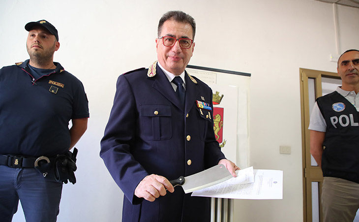 Aggredisce il vicino di casa con una mannaia, arrestato per tentato omicidio a Imola